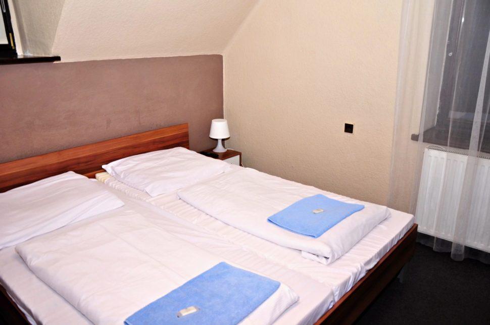 Dvoulůžkový smanželskou postelí